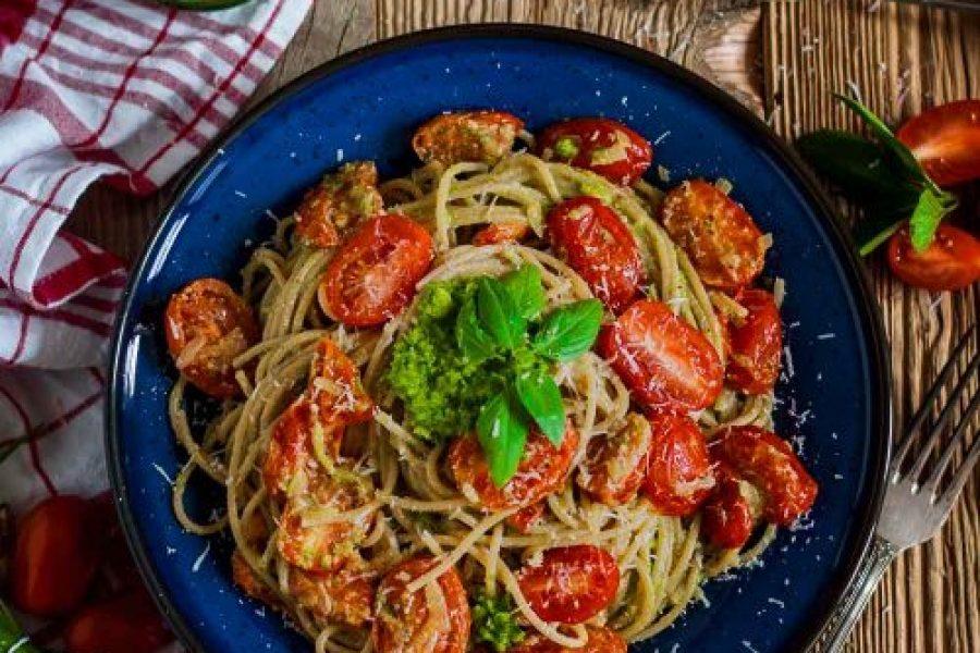 Schnelle 30-Minuten-Pasta mit Knoblauchpesto und geschmolzenen Tomaten