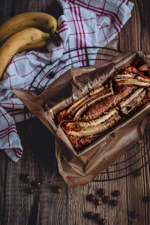Bananenbrot in einer Backform mit Dekoration