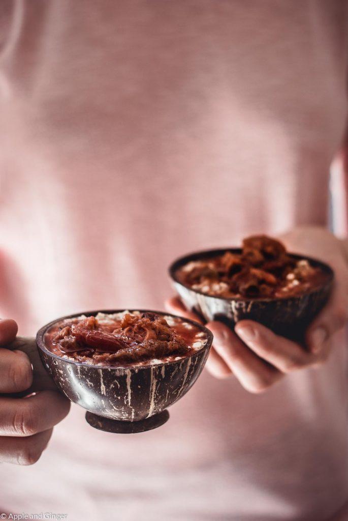 Porridge mit Pflaumenkompott in Kokusnussschalen