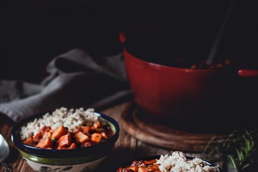 Ayurvedisches Kürbis-Süßkartoffel-Chili für kalte Herbstabende: Tipps gegen Vata Störung