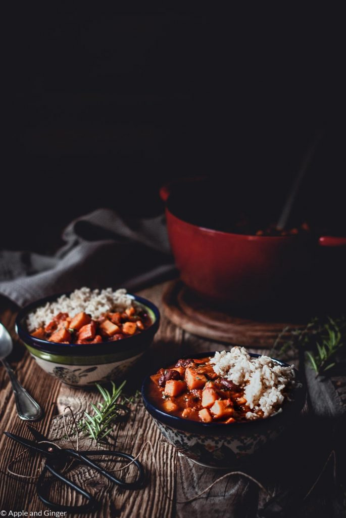Zwei Schüsseln mit Süßkartoffel Kürbis Chili auf einem Tisch mit Deko