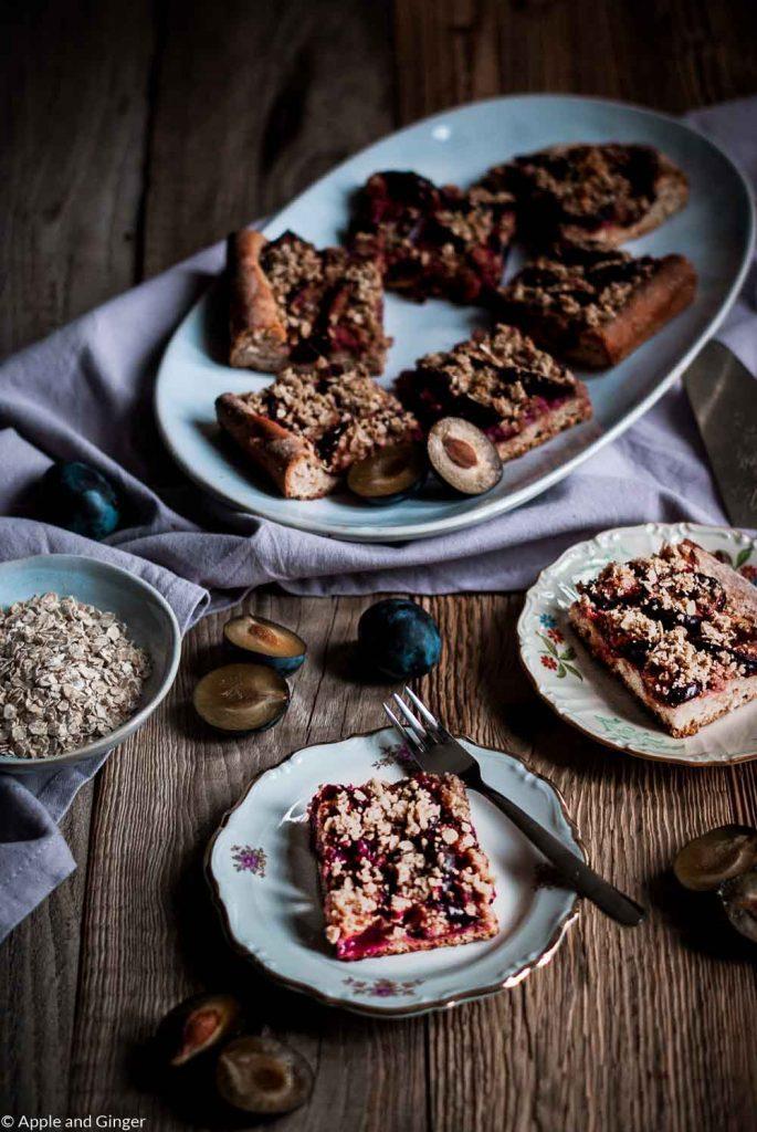 Pflaumen-Streuselkuchen auf einem Kaffeetisch