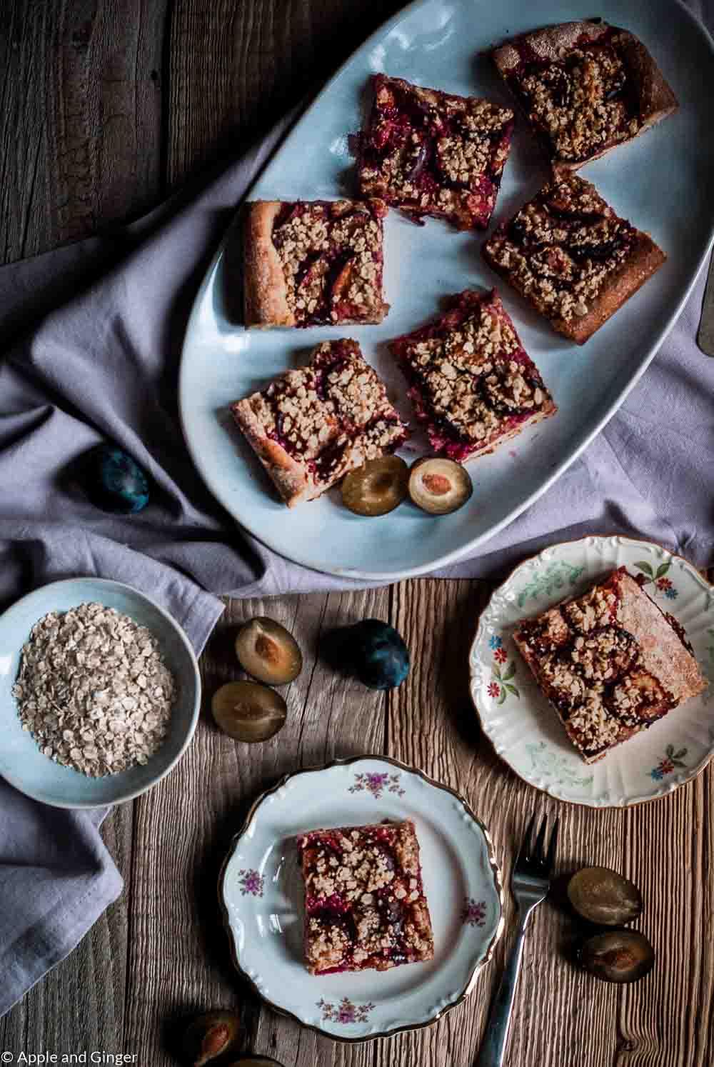Pflaumen-Streuselkuchen auf einem Tisch