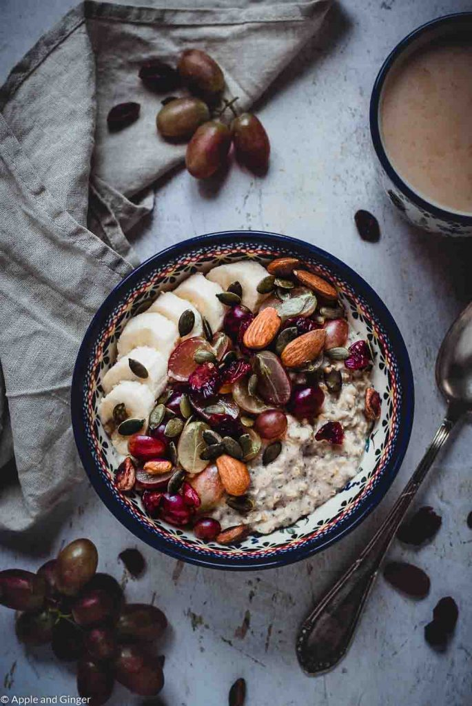 Porridge mit Obst in einer Schüssel