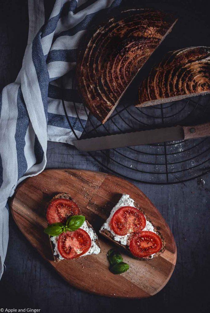 Belegte Brote auf einem Holzbrett
