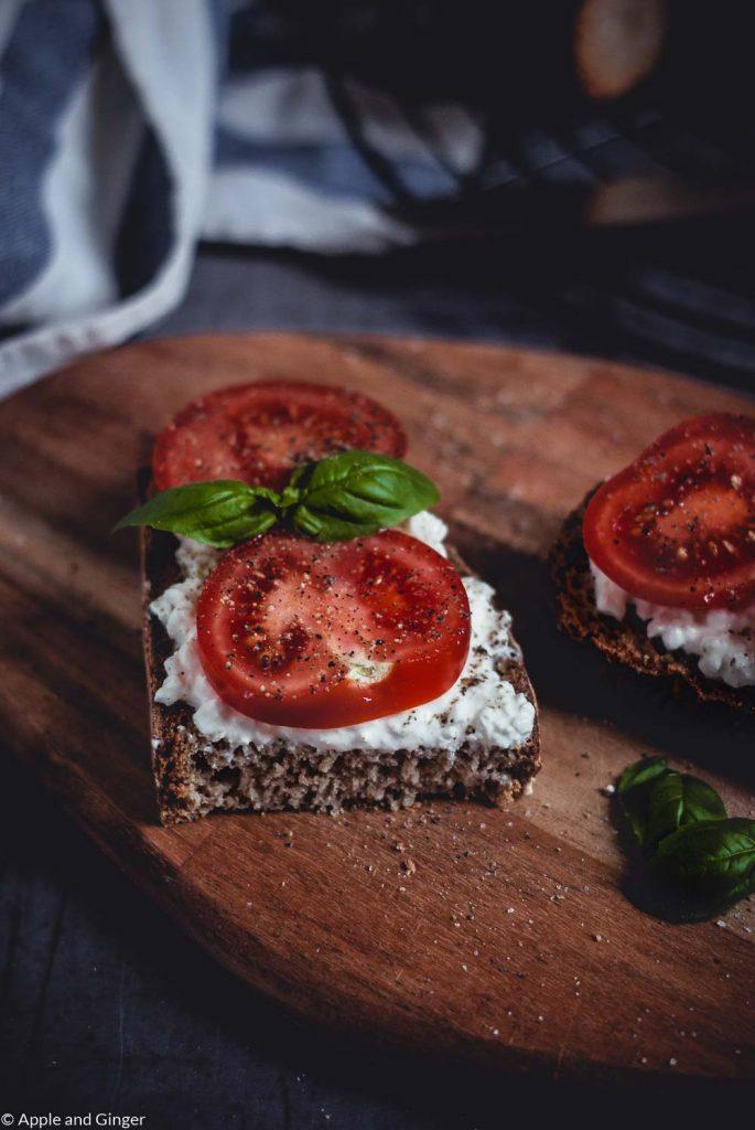 Nahaufnahme eines belegten Brotes mit Tomaten