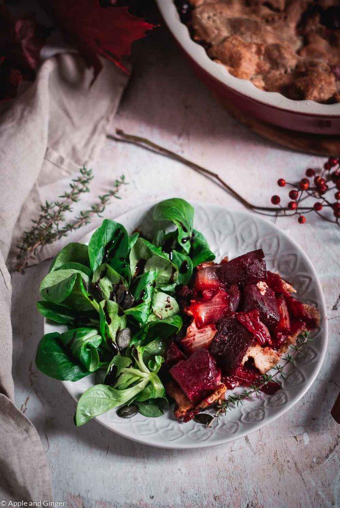 Tarte mit Roter Beete, Zwiebeln und Salat auf einem Teller