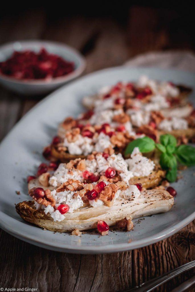 Chicoreé Schiffchen gefüllt mit Ziegenkäse, Granatapfel und Wallnüssen auf einer Platte angerichtet