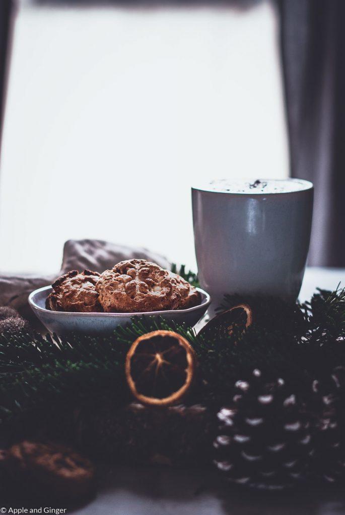 Cookies in einer Schüssel weihnachtlich dekoriert