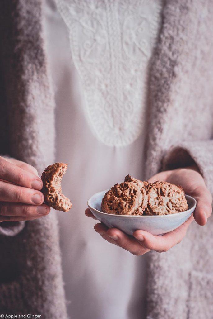 Eine kleine Schüssel Cookies, die in der Hand gehalten wird
