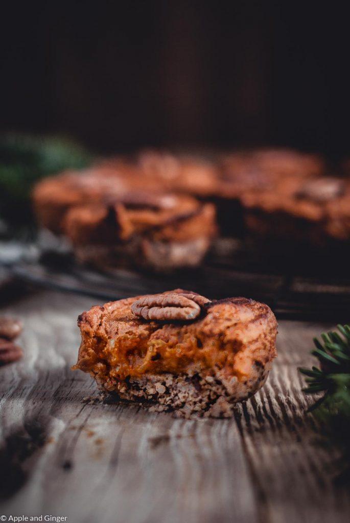 Mini Pumpkin Pie von dem schon ein Stück abgebissen ist