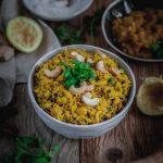 Eine Schüssel voll mit gelben Reis mit Chashewkernen