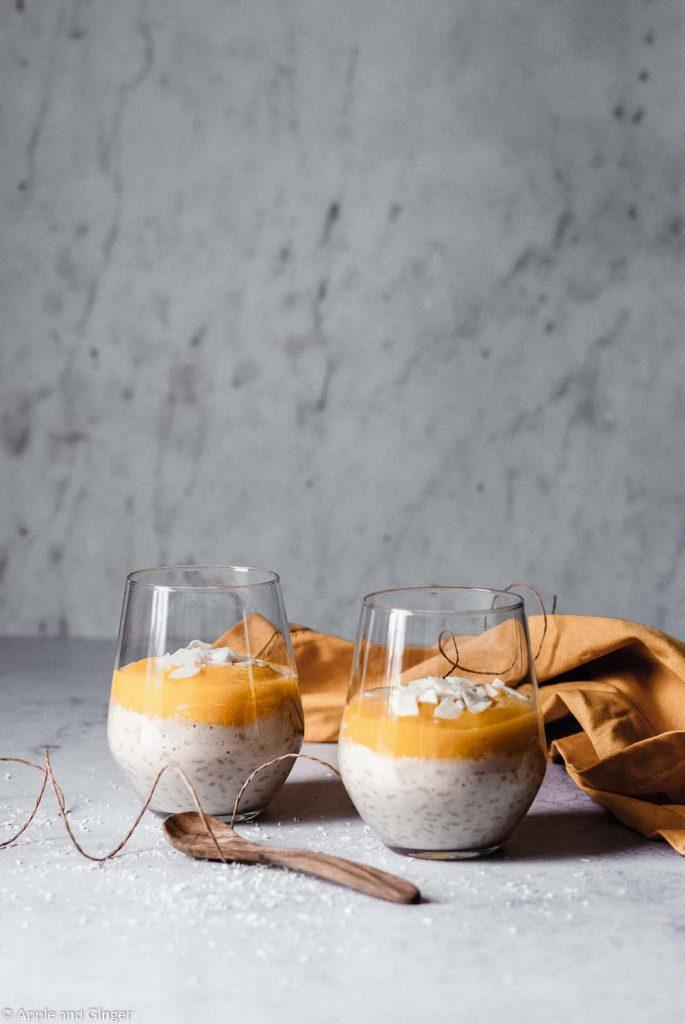 Milchreis mit Mangopüree in zwei Gläsern