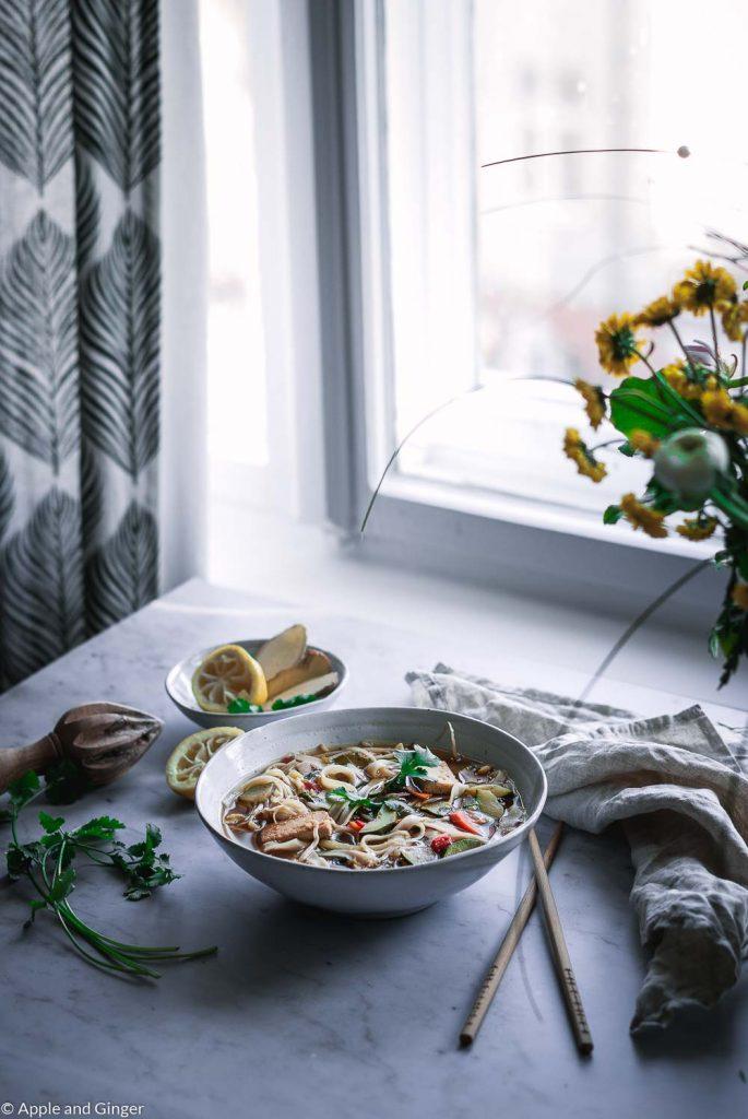 Ein Teller Suppe auf einem Tisch am Fenster