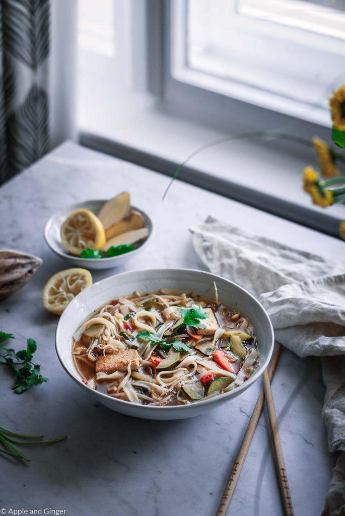 Ein Teller Pho Suppe auf einem Tisch