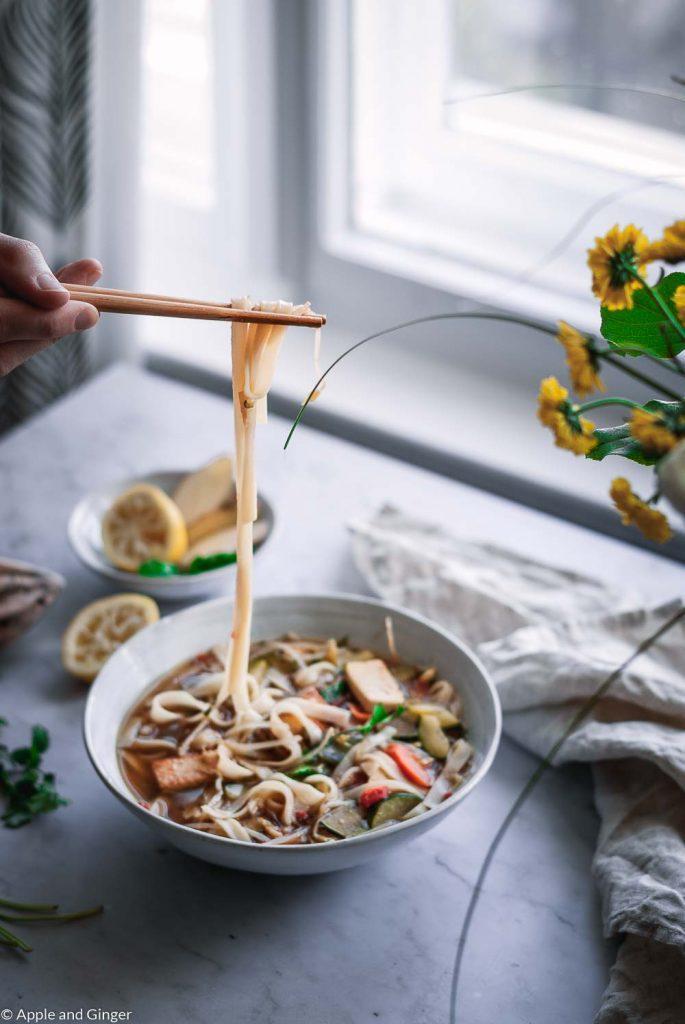 Pho Suppe aus der gegessen wird