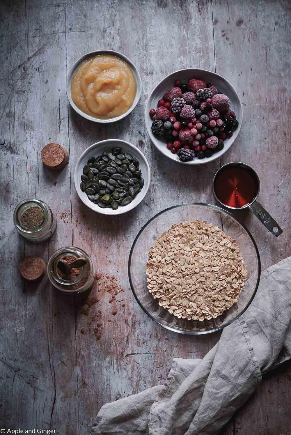 Zutaten für Baked Oatmeal von oben fotografiert