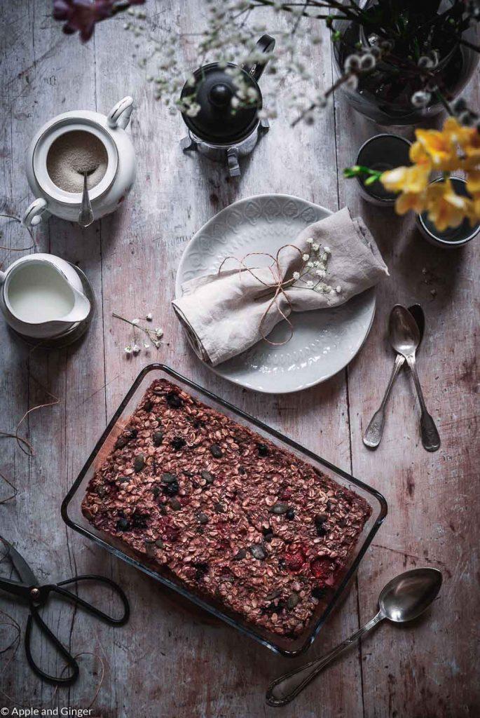 Baked Oatmeal auf einem gedeckten Tisch