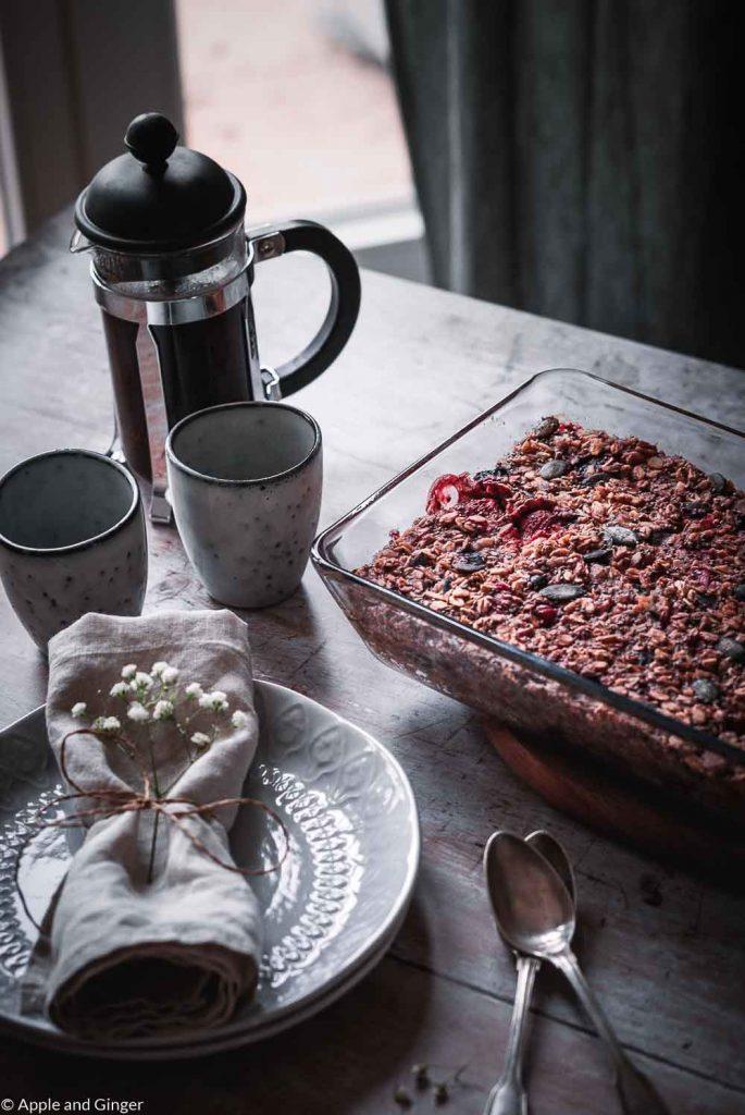 Baked Oatmeal mit Teller und Kaffee auf einem Tisch