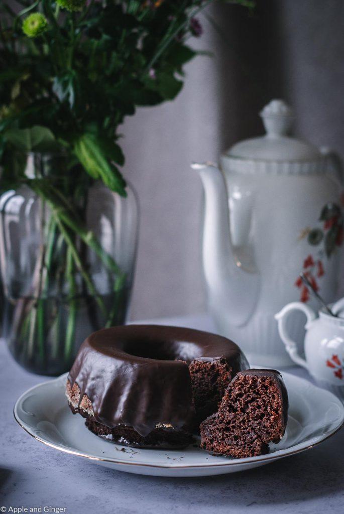 Schokoladenkuchen angeschnitten auf einem Tisch