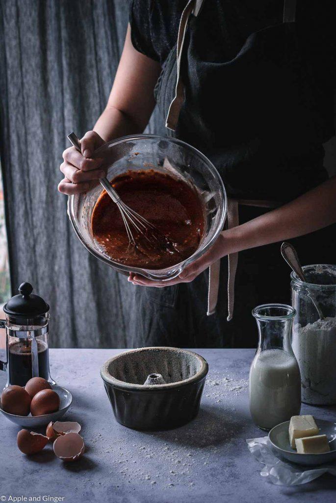 Kuchenteig, der in eine Kuchenform gegossen wird
