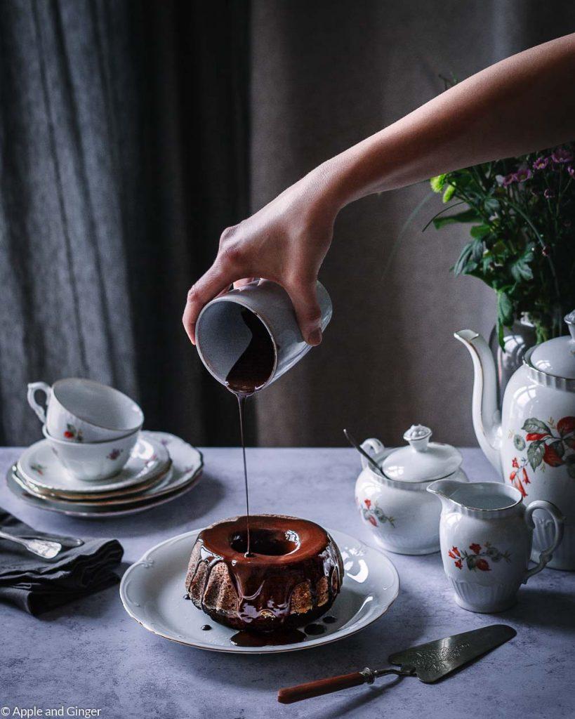 Schokoladenkuchen, auf den gerade Glasur gegossen wird