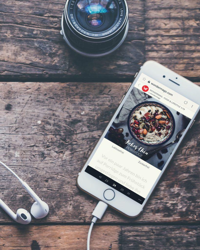 Rezeptnild im Handy auf einem Holztisch