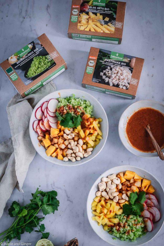 Poké-Bowl und followfood Gemüse auf einem Tisch