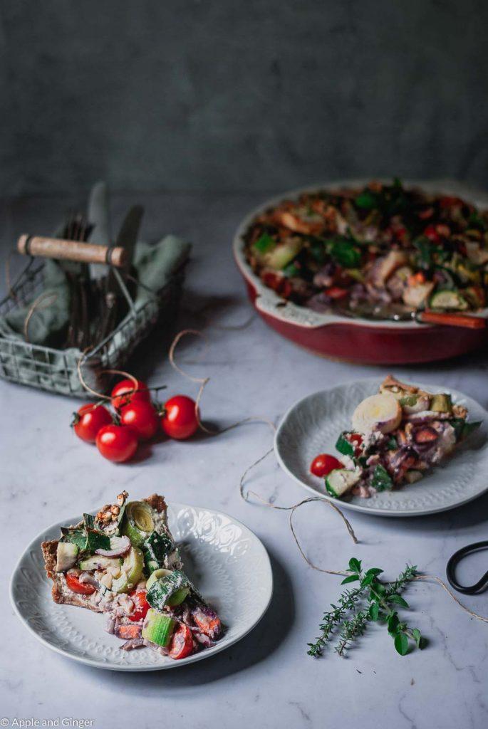 2 Stück Gemüsequiche auf Tellen