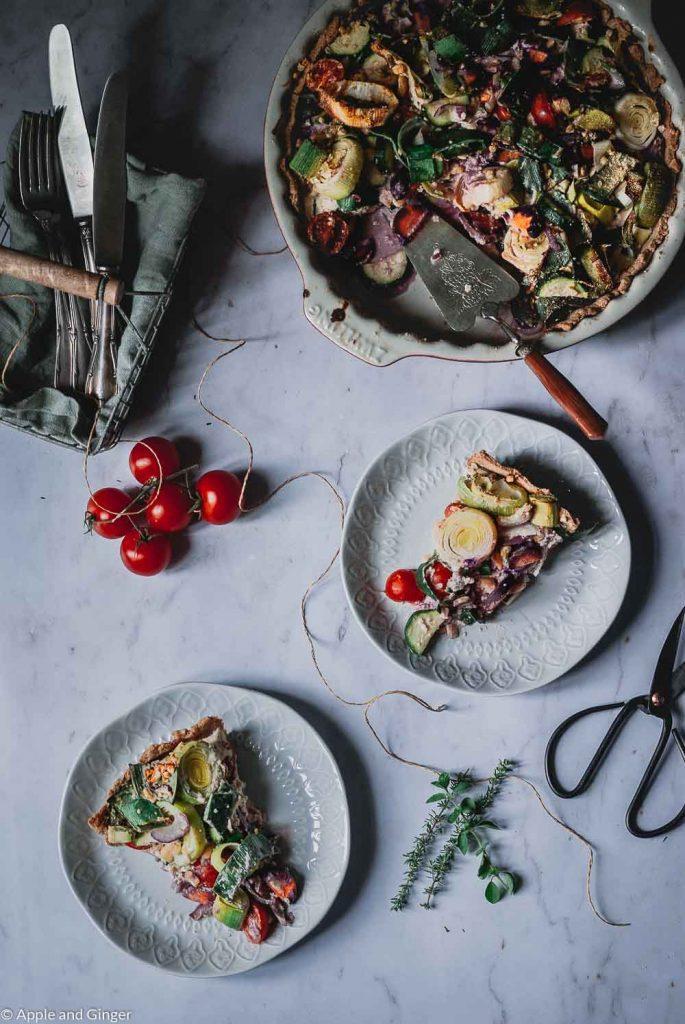 aufgeschnittene Gemüsequiche auf einem Tisch von Oben fotografiert