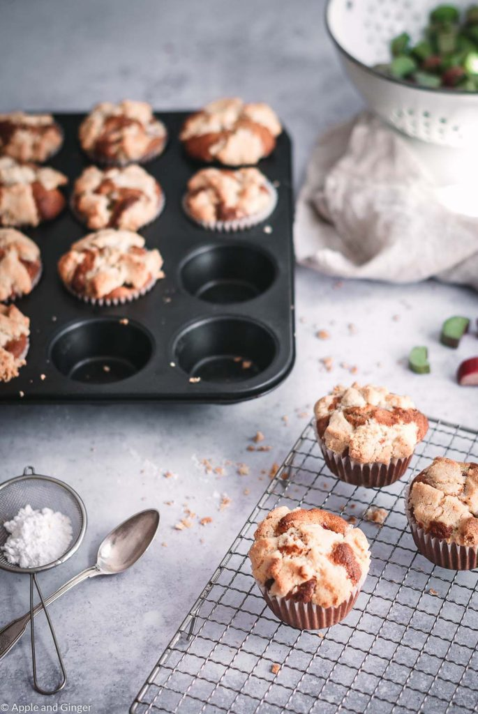 Rhabarber-Streusel Muffins auf einem Tisch