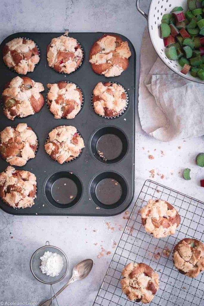 Rhabarber-Streusel Muffins von oben auf einem Tisch