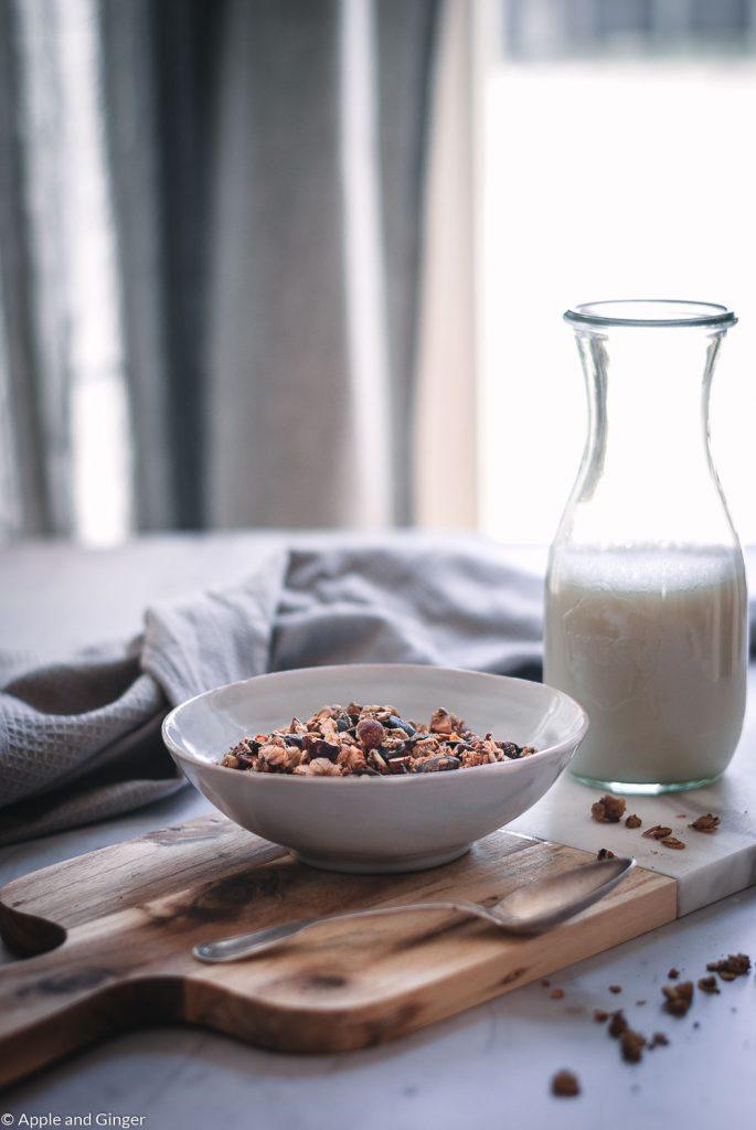 Granola in einer Schüssel auf einem Tisch mit Milch