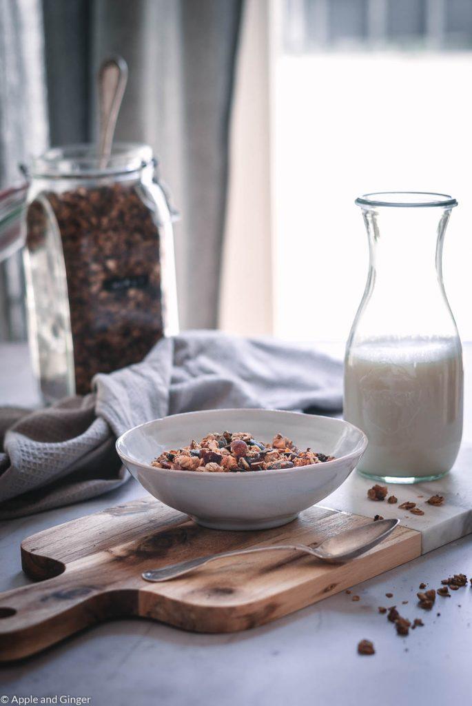 Müsli in einer Schüssel auf einem Tisch mit Milch