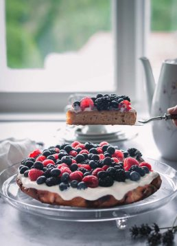 Sommerlicher Beerenkuchen mit Skyr