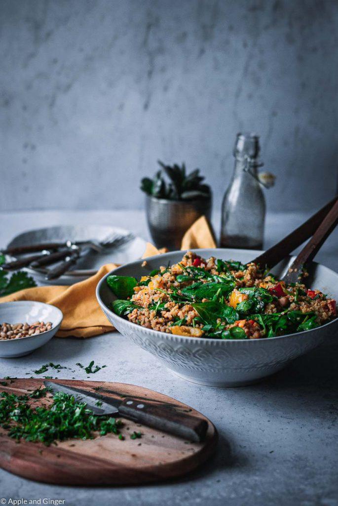 Eine Schüssel mit buntem Couscous Salat auf einem Tisch