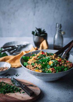 Ayurvedischer Bulgur-Salat mit Kräutern, Paprika und Kichererbsen