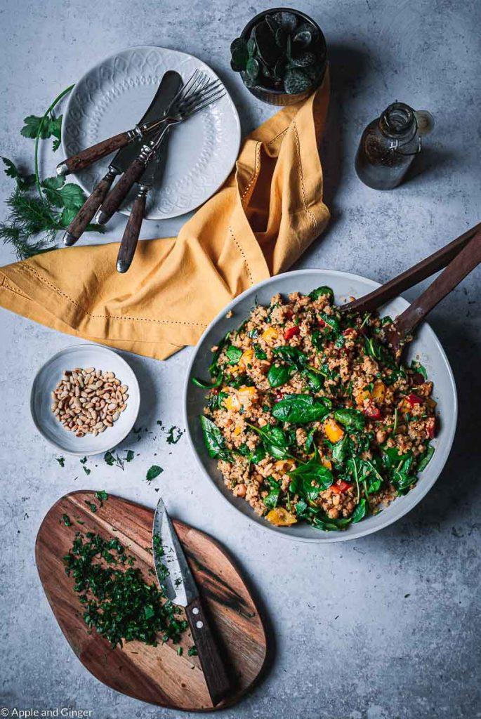 Eine Schüssel mit buntem Couscous Salat auf einem Tisch von oben fotografiert