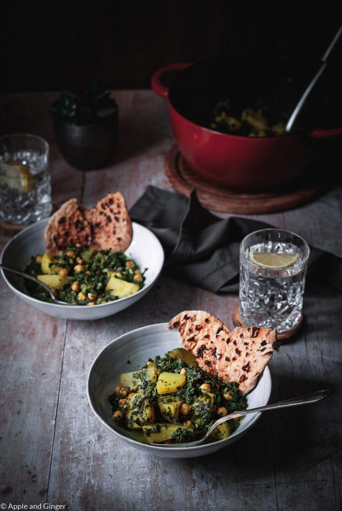 Zwei Schüsseln mit indischem Essen auf einem Tisch