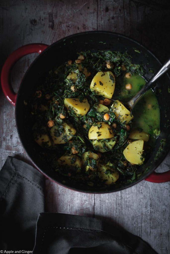 Ein Topf mit indischem Eintopf-Gericht