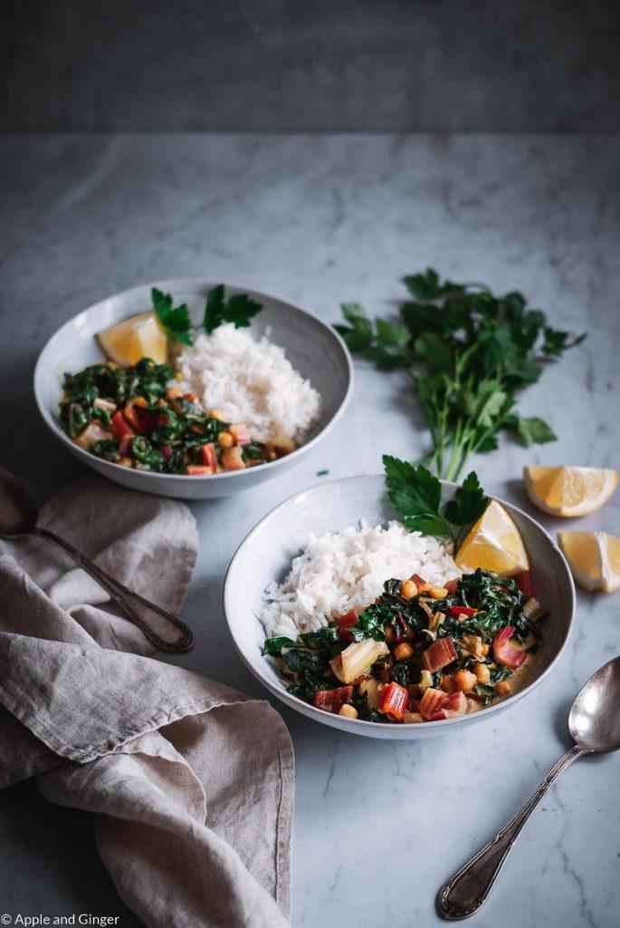 Zwei Teller mit Mangold-Erdnuss-Curry auf einem Tisch