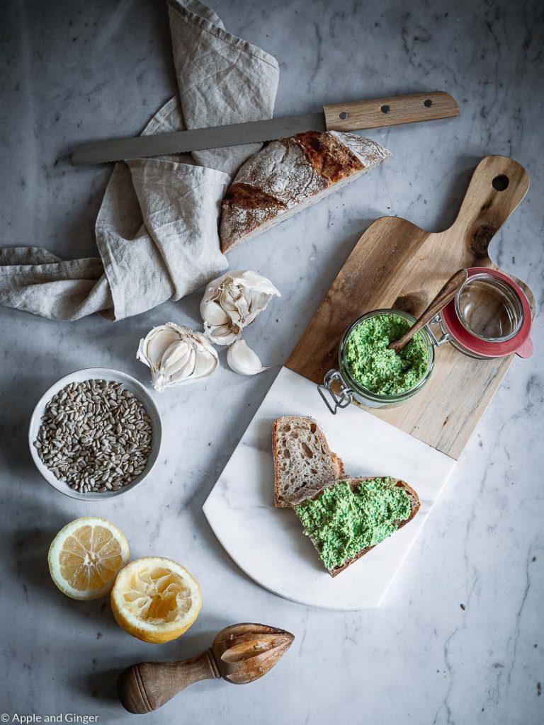Brotscheibe mit Bärlauchaufstrich auf einem Brett