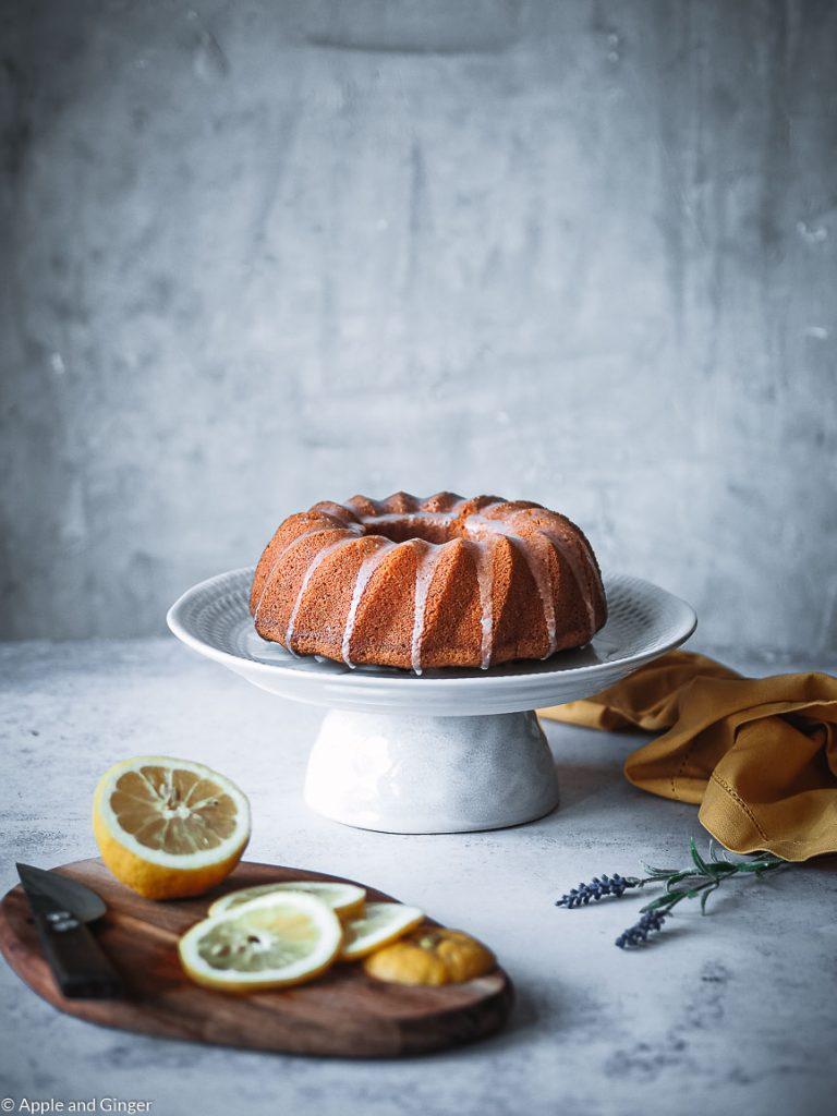 Zitronenkuchen auf einer Kuchenplatte