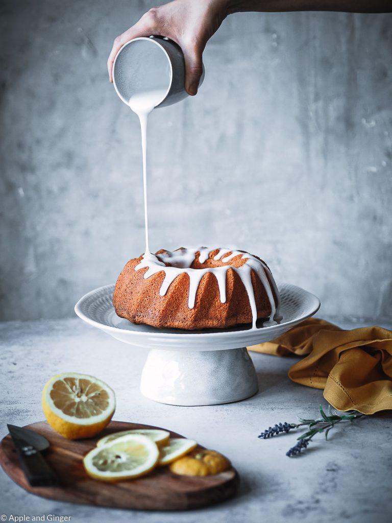 Zitronenkuchen auf den Zuckerguss gegossen wird